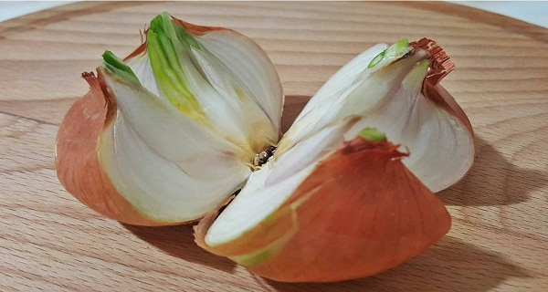 Cut A Whole Onion Into 4 Pieces and Place It In Your Home. The Reason Brilliant!